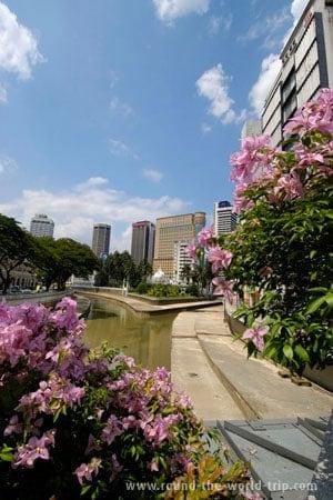 Vista sobre um dos canais de Kuala Lumpur, Malásia