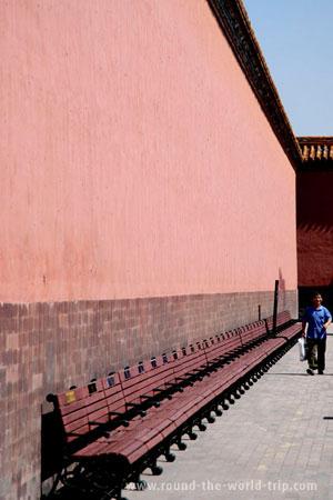 Um turista chinês passeando na Cidade Proibida