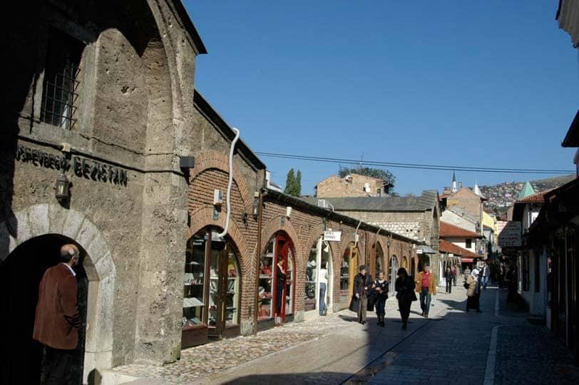 Rua especializada em joalherias em Sarajevo