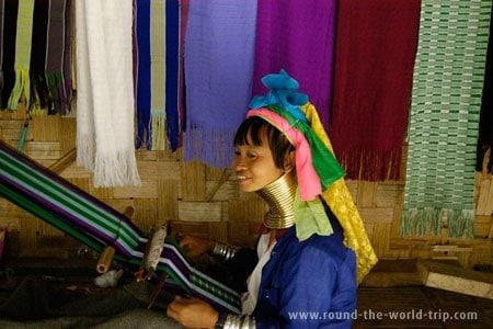 Tecendo mantas para vender aos turistas