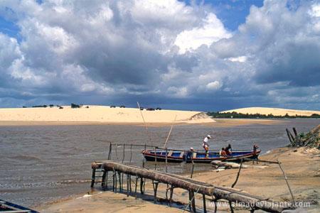 Atravessando o riacho de balsa, Tatajuba, Ceará