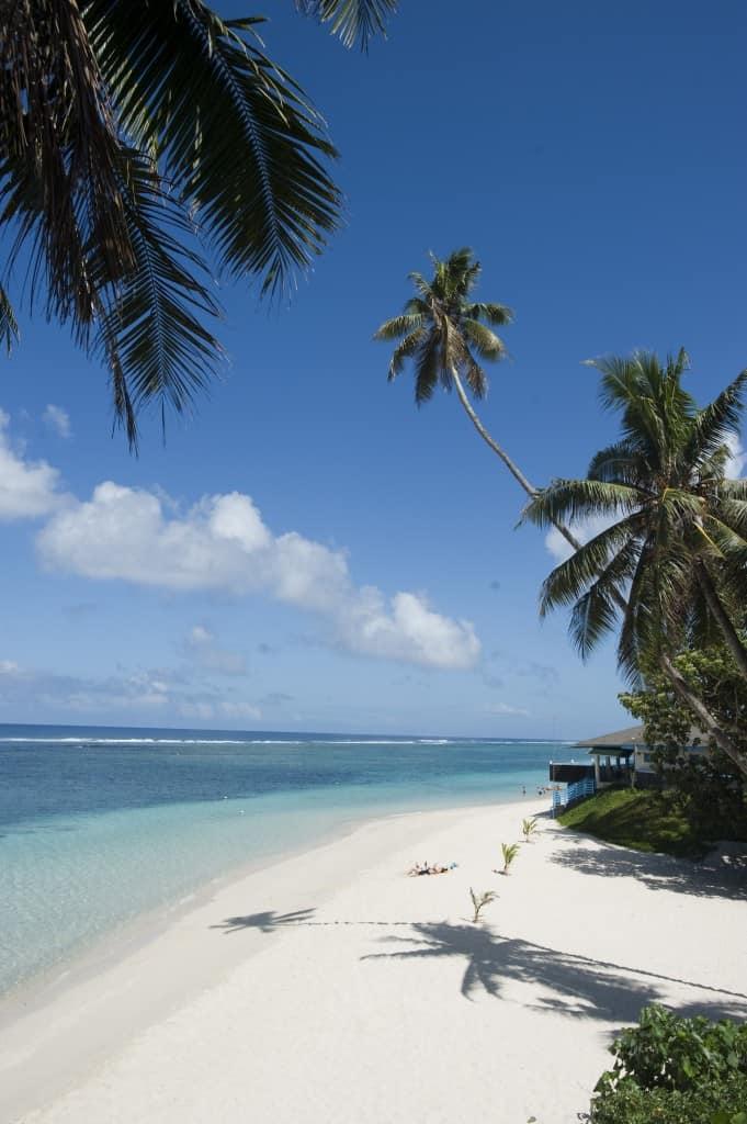 Turist na plaži Lalomanu