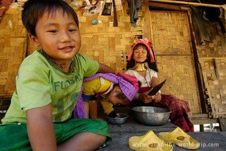 Brincadeiras juvenis em Ban Bai Soi, norte da Tailândia