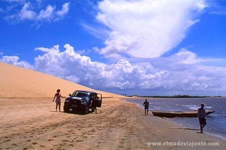 4x4 após travessia de balsa em Mandaú, litoral oeste do Ceará, Brasil