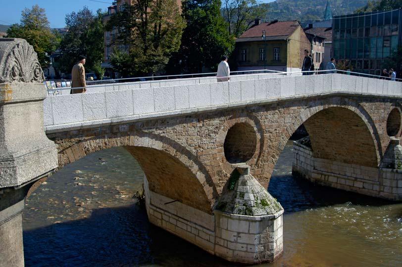 Ponte sobre o rio Miljacka, Sarajevo, capital da Bósnia-Herzegovina