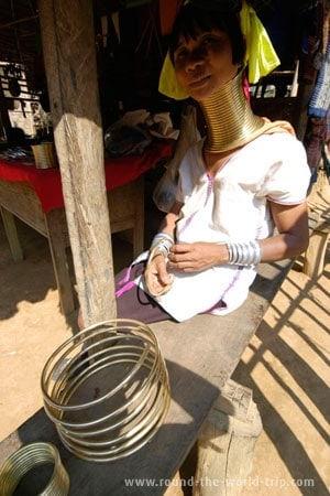 As espirais são, elas próprias, vendidas aos turistas que passam por Ban Nai Soi, na forma de colares ou pulseiras