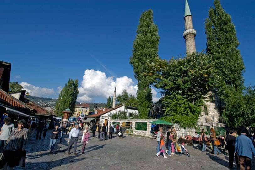 Praça da fonte, no centro de Sarajevo, capital da Bósnia-Herzegovina