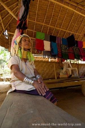 Uma das mais idosas mulheres Karen da aldeia