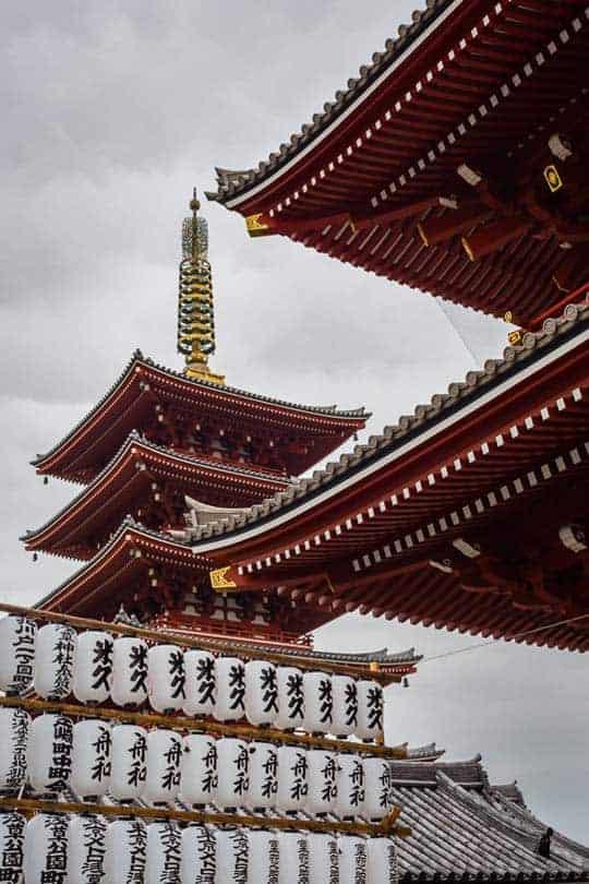 À entrada do templo budista Sensoji, na zona de Asakusa, ergue-se um pagode de vários andares.