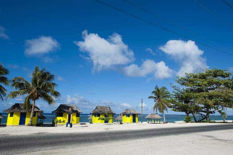 Valls tradicionals a la platja de Lalomanu, Samoa