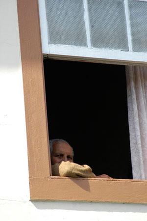 Velhote numa janela em Ouro Preto