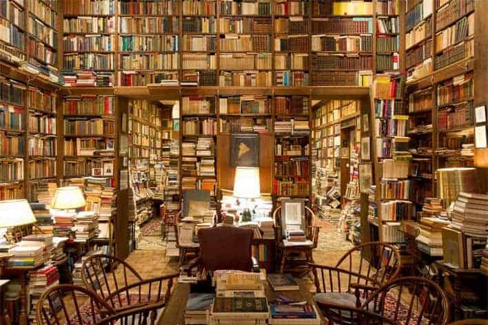 Estantes com livros numa livraria