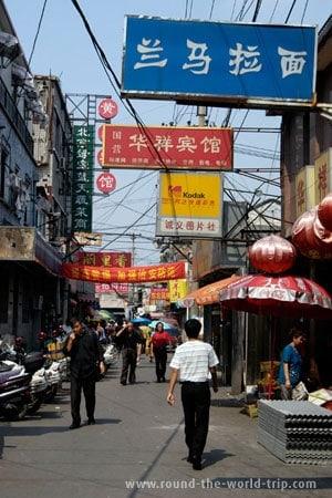 Fugindo das grandes avenidas de Pequim, as ruas têm um aspecto mais pacato e tradicional