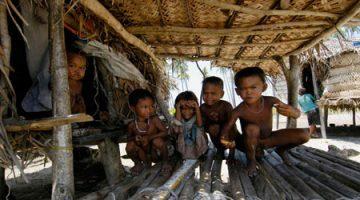 Crianças que habitam uma pequena comunidade de pescadores de uma pequena ilha ao largo de Semporna