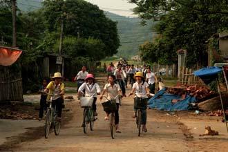 Saída da escola numa aldeia do Vietname