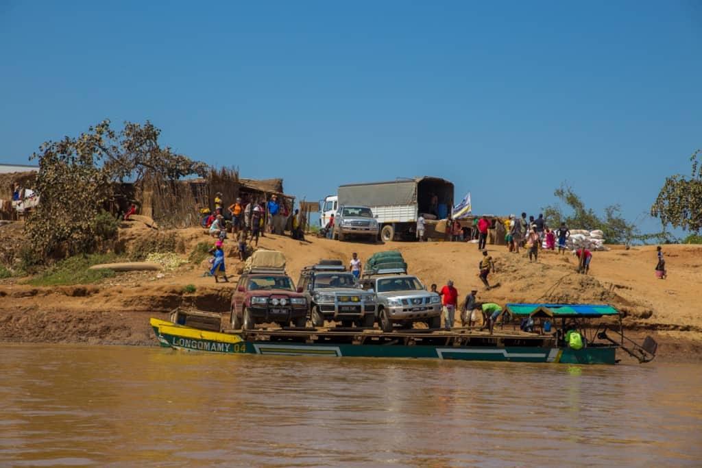As barcaças de transporte de jeeps 4x4