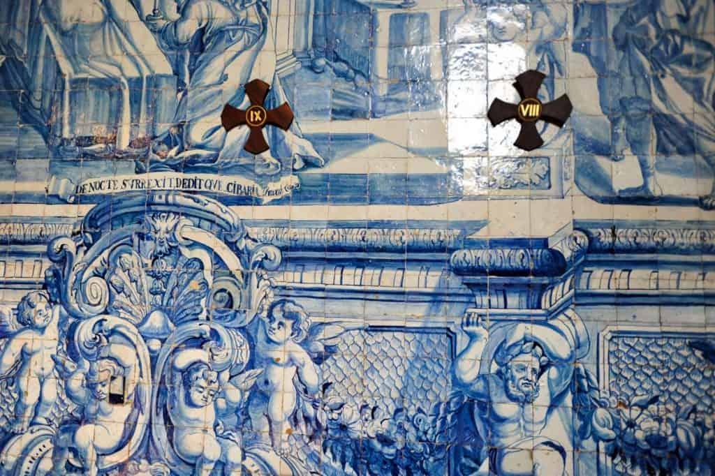 Painéis de azulejos do século XVIII no interior da igreja