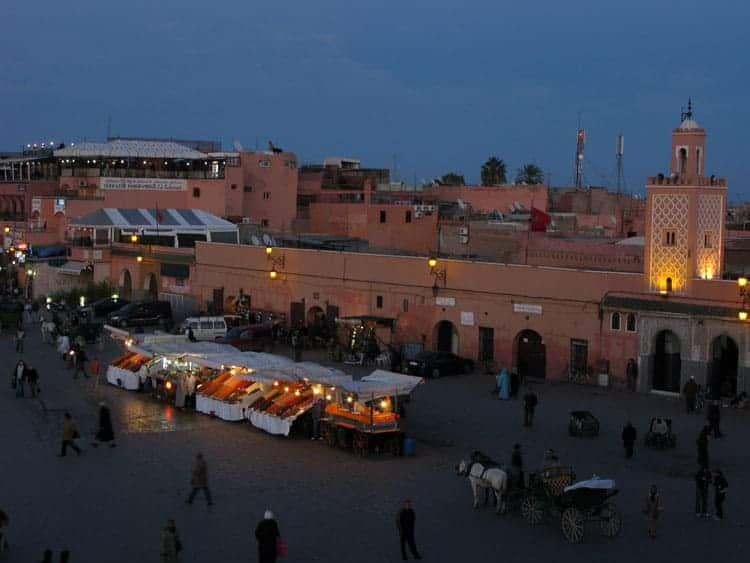 Praça Jemaa–el-Fna ao final da tarde