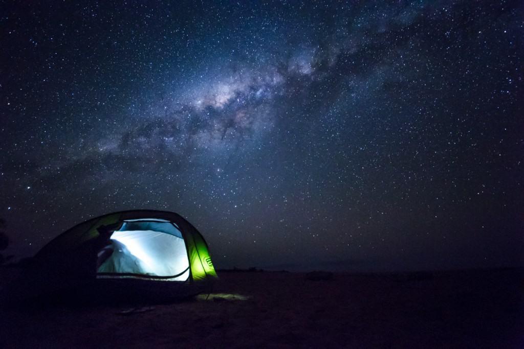 在Tsiribihina河畔露营