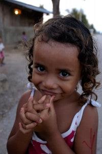 Criança timorense numa rua de Baucau