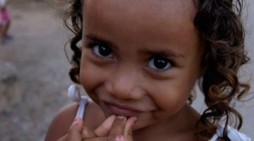 Timorese barn på en gade i Baucau