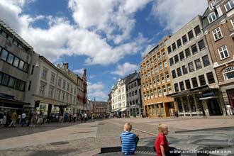 Crianças no centro histórico de Aarhus