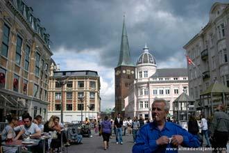 Vista da rua pedonal mais movimentada de Aarhus