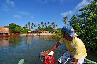 Travessia de balsa no rio Manguaba, a caminho de Porto de Pedras