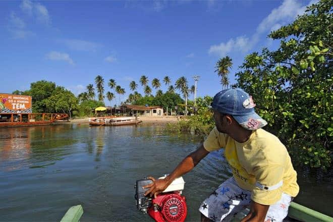 Travessia de balsa no rio Manguaba