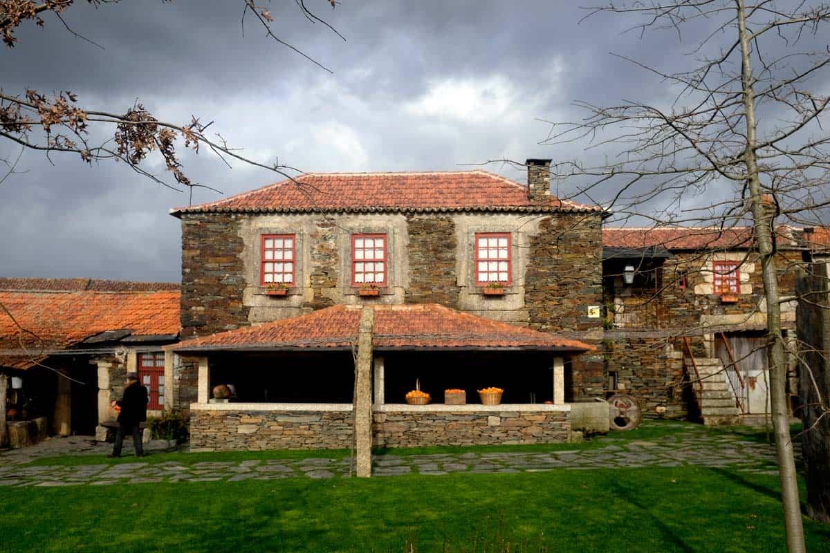 Casa al poble conservat de Quintandona, municipi de Penafiel