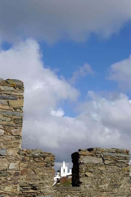 Igreja de Monsaraz avistada através das muralhas do castelo da povoação