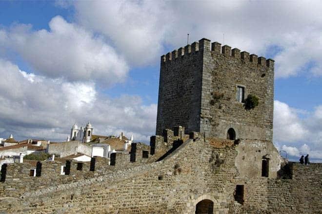 Turistas nas muralhas do castelo de Monsaraz