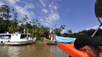 Navigere på en af de mange floder i Amazonasbassinet, State of Amapá