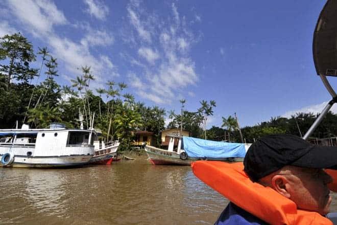Navegando num dos muitos rios da bacia hidrográfica do Amazonas, Estado do Amapá