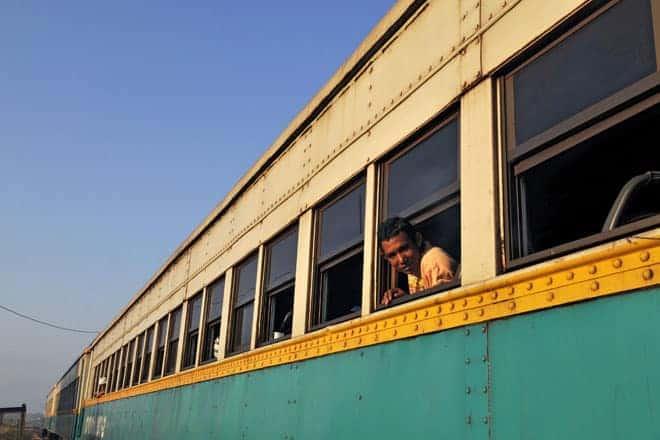 Embarque para a viagem de Macapá a Serra do Navio, num dos raros comboios de passageiros a operar no Brasil