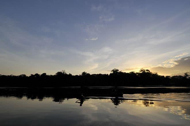Uma canoa desce o rio Araguari ao final da tarde