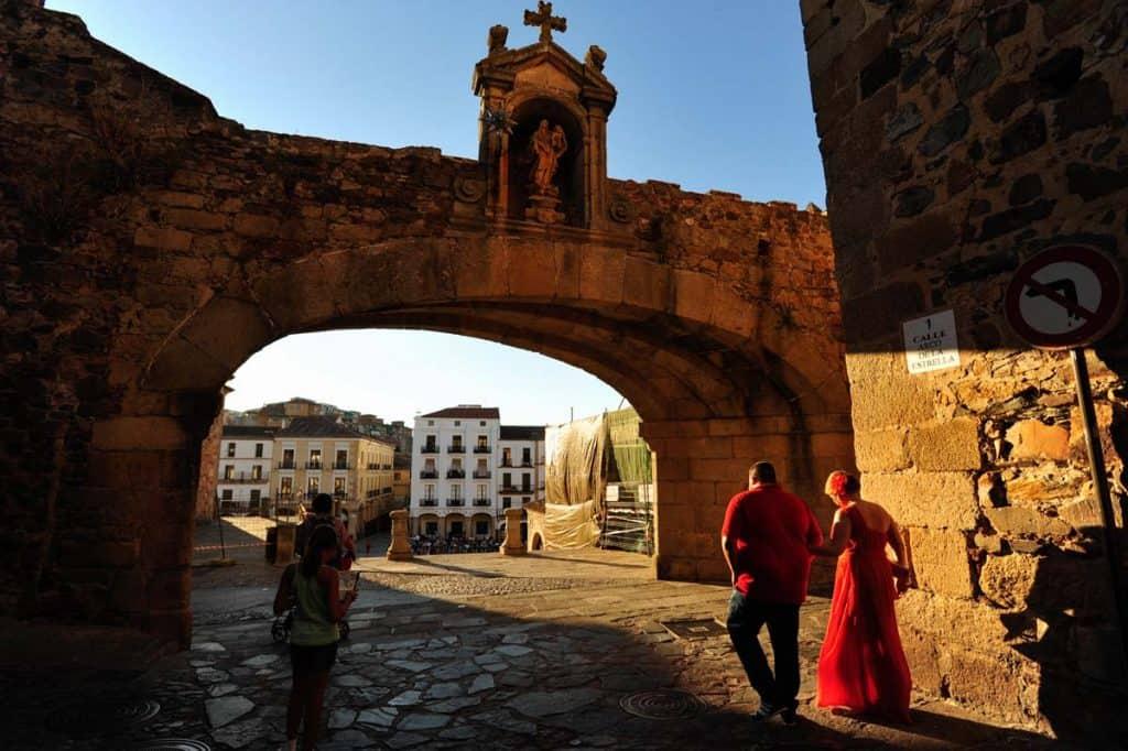 A Plaza Mayor de Cáceres vista a partir do Arco da Estrela