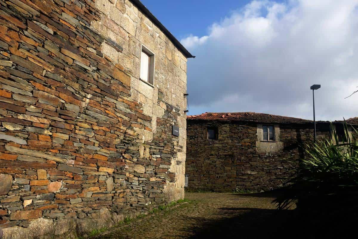 A arquitetura de xisto é uma das marcas de Quintandona