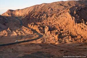 Um autocarro atravessa o deserto de Atacama