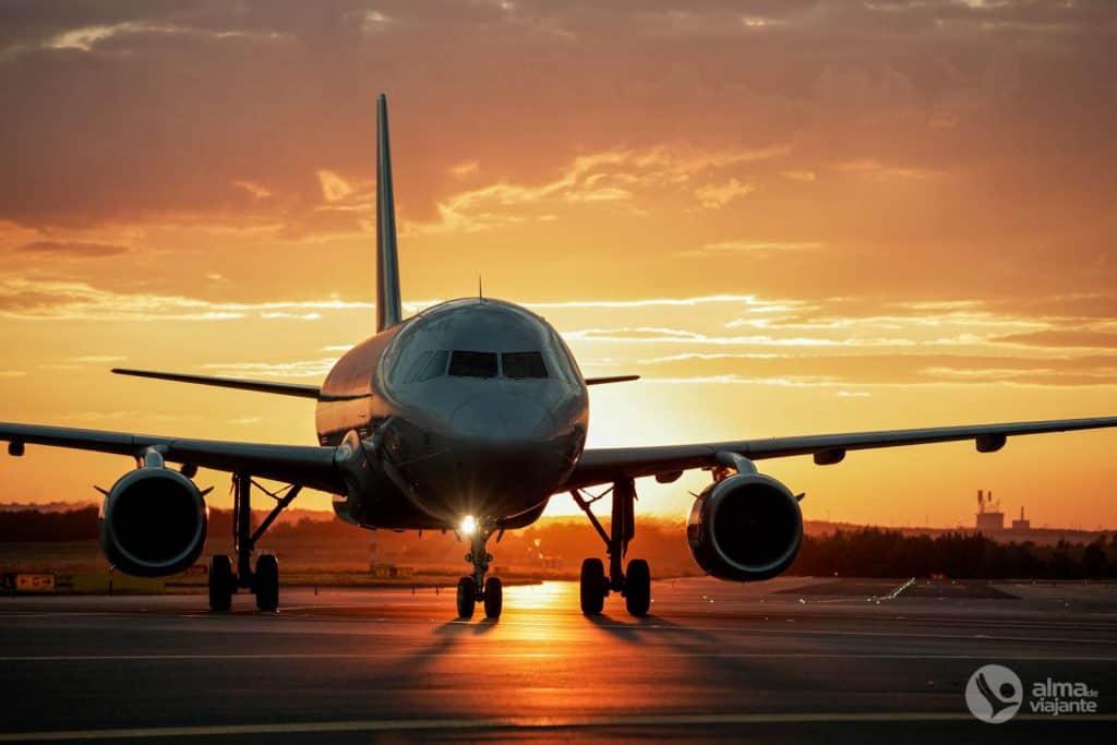 Como comprar voos baratos: avião na pista