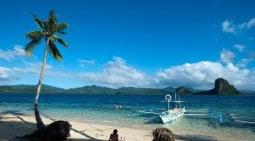 De barco pelas águas tropicais de Bacuit, Filipinas