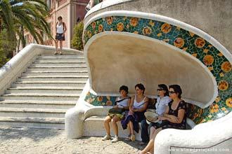 Visitantes dencansando no Parque Güell, Barcelona