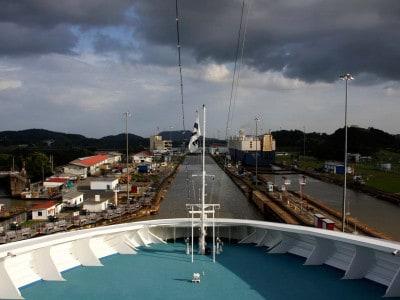 Eclusa vista a partir do convés de um navio