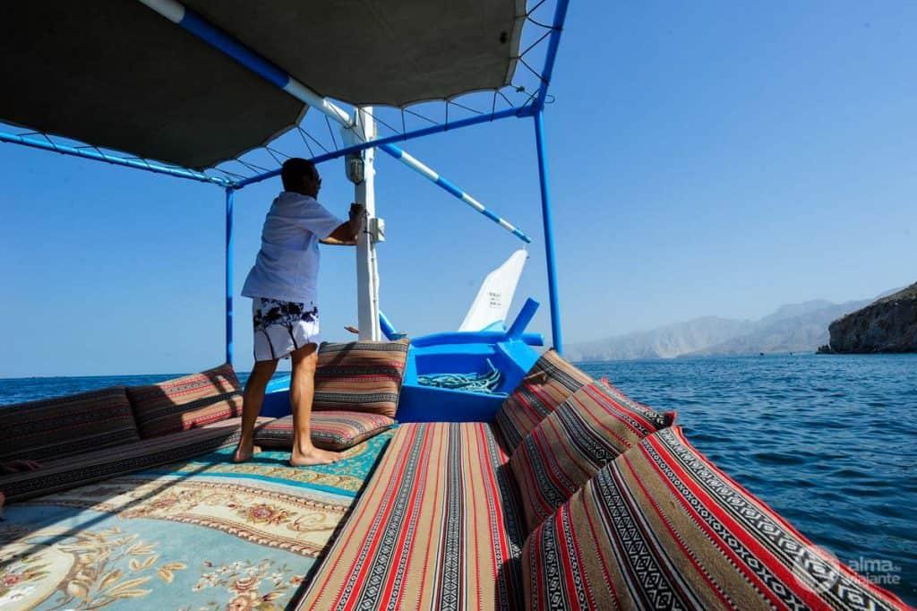 Turistas no passeio de barco nos fiordes de Musandam