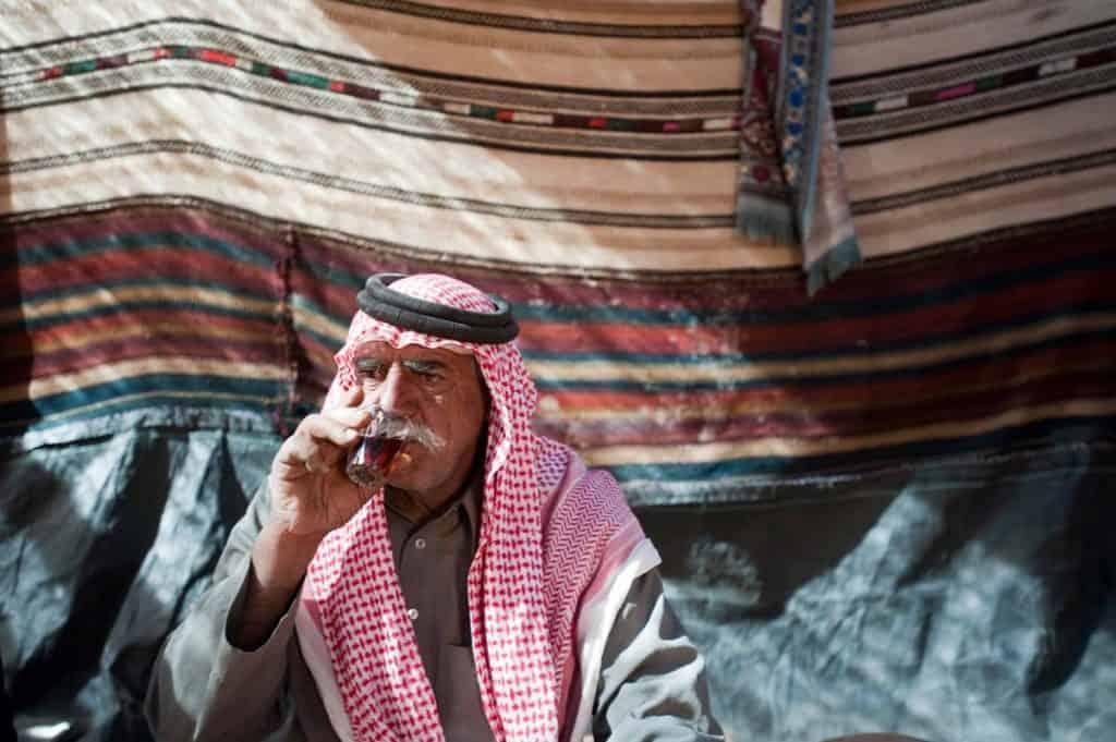 Beduíno a beber chá em Wadi Rum