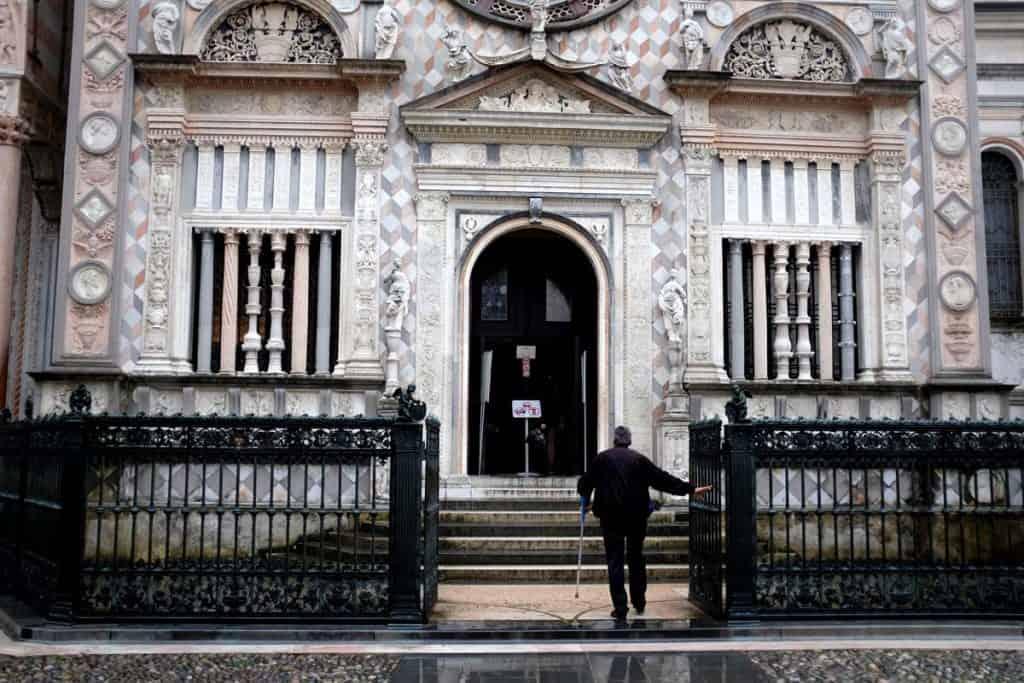 Visitar Bérgamo: entrada na Capela Colleoni