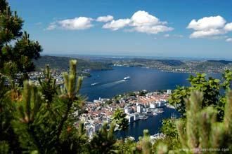 Um navio de cruzeiros deixa Bergen em direcção aos fiordes noruegueses