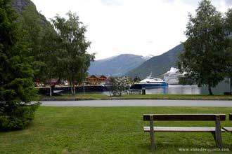 Navios de cruzeiros em viagem pelos fiordes noruegueses, em Flam