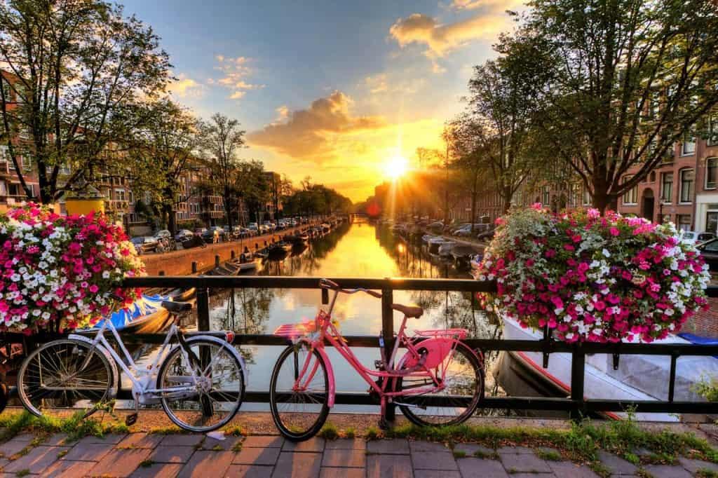 Flores, canais e bicicletas em Amesterdão