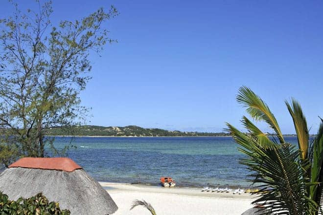 Praia do Bilene, na lagoa Uembje, Moçambique